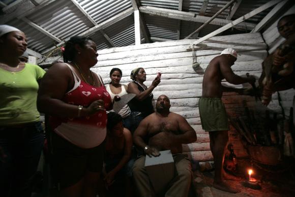 Sacrificio de animales,  en rayamiento, que es la ceremonia de iniciación en la religión de Palo Monte Mayombe. Foto: Ismael Francisco/Cubadebate.