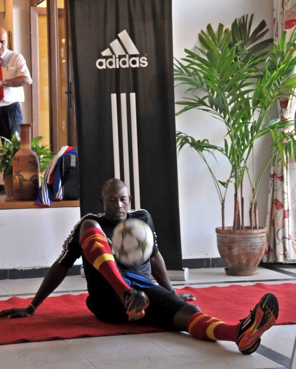 Erick centró el peso de su trabajo en la pierna derecha, pues sufre un esguince en el tobillo de la otra pierna. FOTO: Ricardo López Hevia