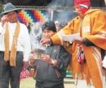 Ritual. El presidente Morales en el momento de la ofrenda a la Pachamama, acto central del solsticio.