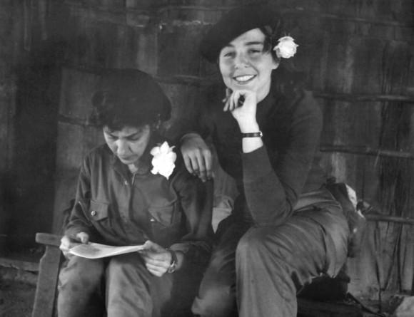 Celia Sánchez junto a Vilma Espín en la Sierra Maestra. Foto: Enrique Meneses.