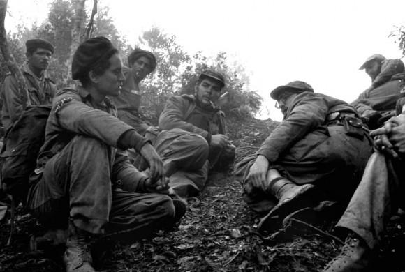 En primera línea de fuego, durante el combate de Pino de Agua, Fidel, el Che y Camilo (arriba a la derecha) escuchan informaciones de 'Maracaibo', un explorador que regresa de las líneas enemigas. Foto: Enrique Meneses.