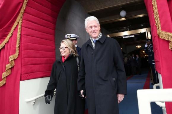 Los Clinton, cogidos de la mano, llegan a la ceremonia de toma de posesión de Obama. Foto: AFP.