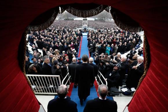 Obama se dirige al estrado situado en El Capitolio. Foto: AFP.