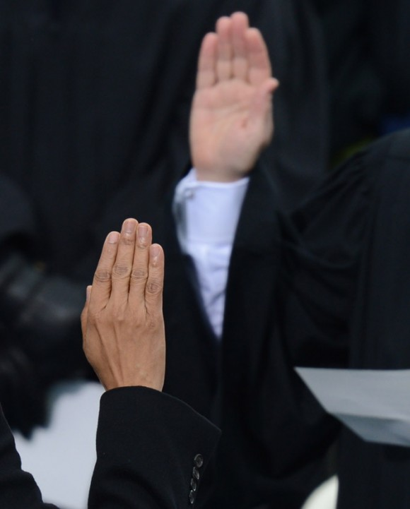 Obama levanta su mano durante el juramento. Foto: AFP.