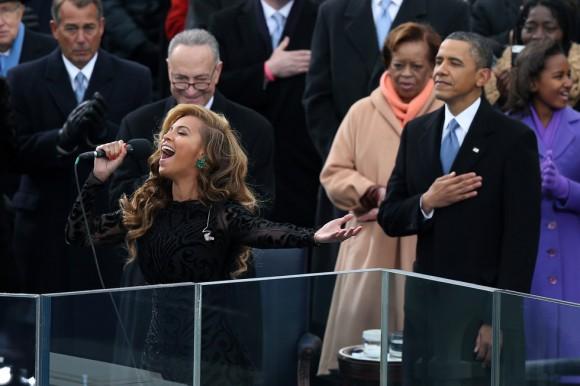 La cantante Beyonce interpreta el himno de Estados Unidos. Foto: AFP.