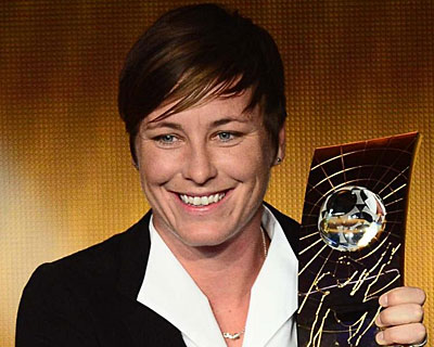 Abby Wambach recogiendo el premio a la mejor futbolista.