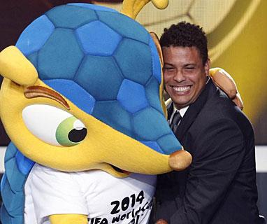 Ronaldo en uno de los momentos graciosos de la gala con la mascota del Mundial de Brasil.
