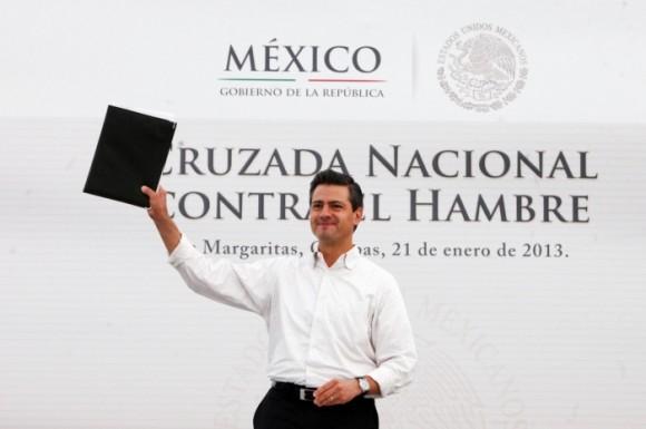 El presidente Enrique Peña Nieto firmó el decreto de la Cruzada Nacional contra el Hambre, durante un acto en Chiapas. Foto: Notimex.