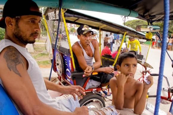 """Norbis y Rodolfo. Norbis ha estado un año sin """"bicitaxear"""" porque """"es un trabajo muy duro. Y esta zona no rinde mucho dinero. No es como en La Habana Vieja"""". Foto: Alejandro Ramírez Anderson."""