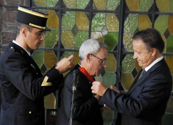 El Doctor Eusebio Leal Spengler (C), Historiador de la Ciudad de La Habana, recibe el grado de Comendador de la Orden Francesa de la Legión de Honor, la más alta condecoración que otorga el gobierno de la República de Francia de manos del presidente del Senado francés Jean Pierre Bel (D), en el Museo Napoleónico, en La Habana, Cuba, el 30 de enero de 2013. AIN FOTO/Tony HERNÁNDEZ MENA