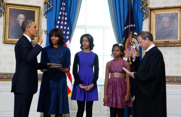 Obama, junto a su familia, en la toma de posesión. Foto: AFP.