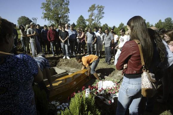 Familiares de las víctimas del incendio ocurrido en la discoteca Kiss de Santa MaríŒa (Brasil) que causó 231 muertos, asisten a los funerales. Foto: EFE.
