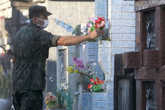 Soldados del Ejército brasileñ'o arreglan el cementerio municipal de la ciudad de Santa María para recibir los cuerpos de las víctimas del incendio. Foto: EFE.