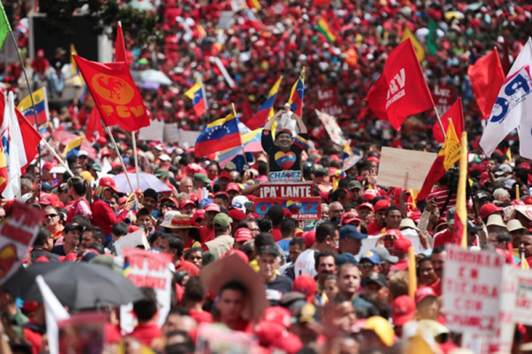 Venezolanos se concentraron en los alrededores de Miraflores para apoyar al presidente Hugo Chávez. FOTO:@tmaniglia