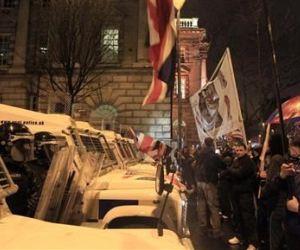 La policía volvió a enfrentarse a manifestantes nacionalistas en la quinta noche de violencia en Irlanda del Norte