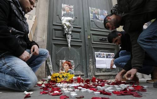 Miembros de la comunidad kurda frente al Centro de Información donde las activistas fueron asesinadas.