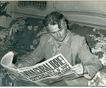 Hombre lee periódico con noticia sobre el rompimiento de las relaciones entre Cuba y EEUU