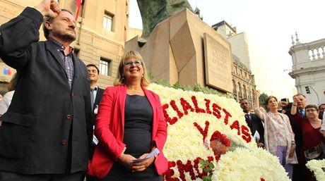 Los parlamentarios europeos, el español Willy Meyer de Izquierda Unida, y la francesa Catherine Greze de Los Verdes, participan en un homenaje a Salvador Allende. Foto: EFE.
