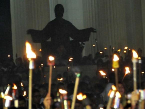Jóvenes cubanos protagonizan la tradicional Marcha de las Antorchas,  desde la escalinata de la Universidad de La Habana hasta la Fragua Martiana, el 27 de enero de 2013, para recordar al Héroe Nacional, José Martí,  en vísperas del aniversario 160 de su natalicio.  AIN FOTO/Marcelino VÁZQUEZ HERNÁNDEZ