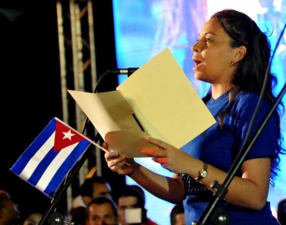 Intervención de Lisara Corona, presidenta de la Federación Estudiantil Universitaria (FEU), durante la tradicional Marcha de las Antorchas,  desde la escalinata de la Universidad de La Habana hasta la Fragua Martiana, el 27 de enero de 2013, para recordar al Héroe Nacional, José Martí,  en vísperas del aniversario 160 de su natalicio.  AIN FOTO/Marcelino VÁZQUEZ HERNÁNDEZ