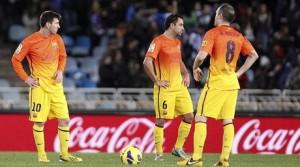Messi, Xavi e Iniesta contrariados ante el tercer gol de la Real Sociedad