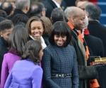 La primera dama y sus dos hijas esperaban así la llegada del presidente. Detrás, el hermano de Michelle sostiene las dos biblias sobre las que jurará el cargo el presidente. Una de ellas perteneció a Abraham Lincoln, la otra a Martin Luther King. Foto: AFP.