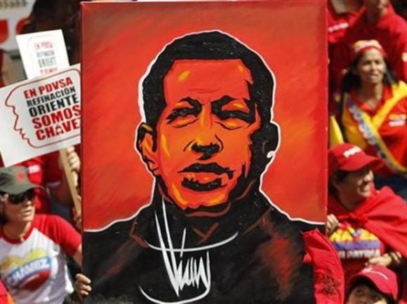 Publo apoya al presidente Chávez, portando un cuadro con su figura en las afueras del palacio de Gobierno en Caracas, enero 10 de 2013.