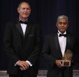 Santiago Antünez aal recibir el Premio al Mejor Entrenador del Mundo en el 2010. A su lado el Bicampeón Olímpico Alberto Juantorena.