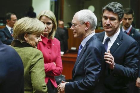Angela Merkel charla con Herman Van Rompuy este jueves en Bruselas. Foto: EFE.