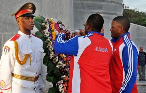 Atletas de la escuadra cubana de béisbol que intervendrá en el III Clásico Mundial, depositan una ofrenda floral al héroe nacional de Cuba José Martí, durante la ceremonia de abanderamiento, en el Memorial José Martí, en La Habana, el 14 de febrero de 2013. Foto:AIN.