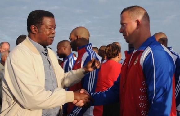 Christian Jiménez Molina (D), presidente del Instituto Nacional de Deportes, Educación Física y Recreación (INDER), saluda a los atletas que representaran a Cuba, en el III Clásico Mundial de Béisbol, efectuada en el Memorial José Martí, en La Habana, el 14 de febrero de 2013. Foto: ACN.