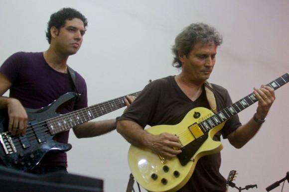Junto al bajista Yandy Martínez. Foto: Alejandro Ramírez Anderson.