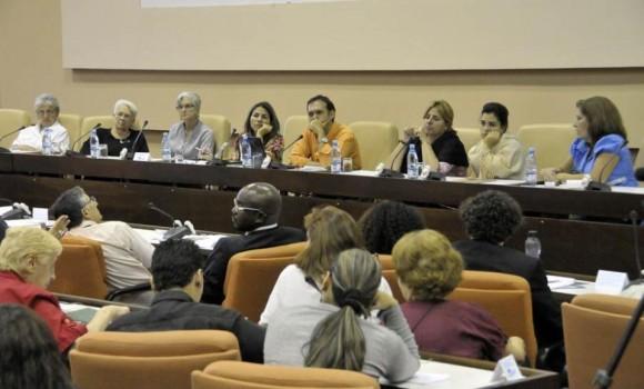 Raúl Garcés, Kenia Serrano, Presidenta del ICAP y familiares de Los Cinco durante el panel dedicado a nuestros Héroes