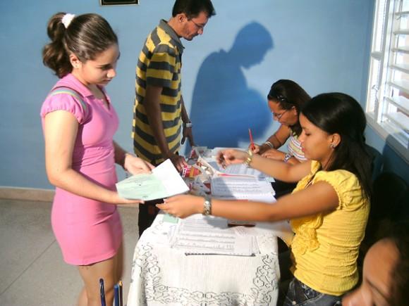 Karina Caridad Rodríguez Guilarte, cumplió 16 años hace 48 horas lo que le permitió ejercer su derecho al voto en las Elecciones Generales de delegados a las Asambleas Provinciales y Diputados al Parlamento, el 3 de febrero de 2013. AIN FOTO/Ariel Soler Costafreda