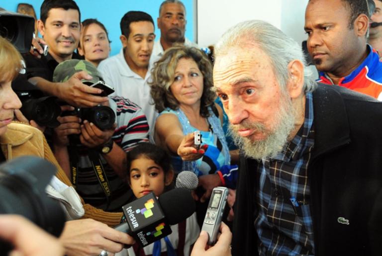 Fidel comparte con periodistas