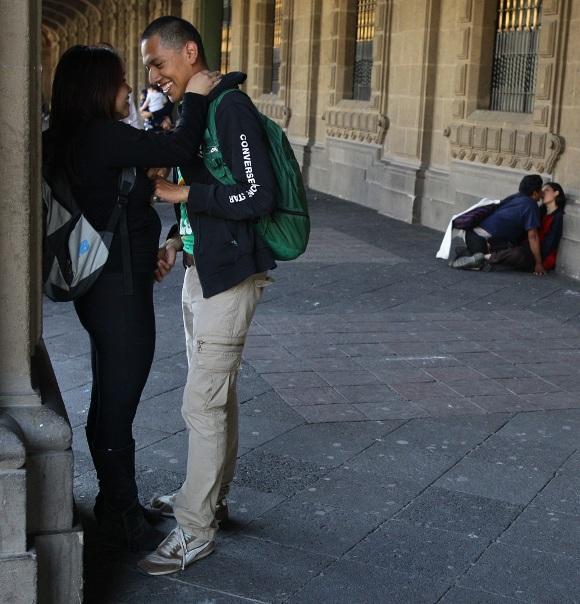 Una pareja de jóvenes en México. Foto: Mario Guzmán / EFE