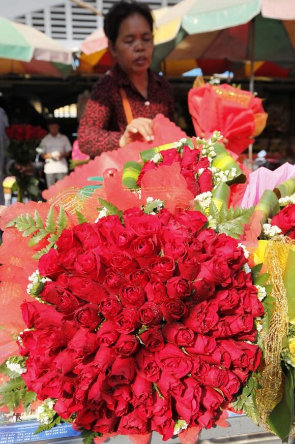Una mujer camboyana vende rosas en una mercado el día de San Valentín en Phnom Penh. Foto: Mak Remissa / EFE