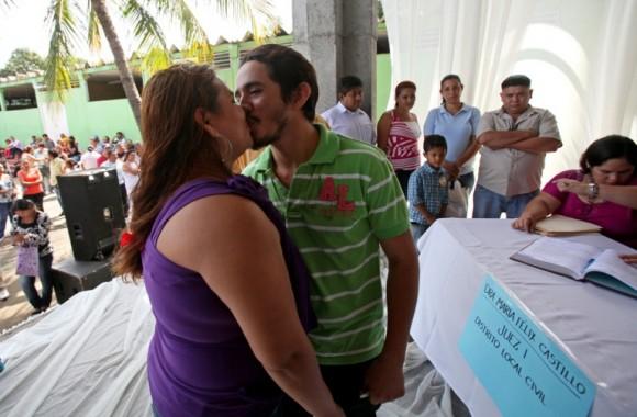 En Nicaragua la celebración de San Valentín es una excusa para promover el comercio y en Managua se realiza un maratón de bodas y para este año están programadas 1250 en dos jornadas. Foto: Mario López / EFE
