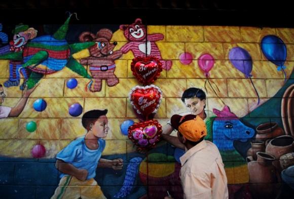 Un vendedor organiza un corazón en forma de globo para el Día de San Valetín y su posterior venta en una calle de San Salvador. Foto: Ulises Rodríguez / Reuters