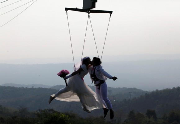 En Tailandia las parejas serán parte de una ceremonia de boda con el objetivo de fortalecer las relaciones de pareja y que consiste en hacer actividades divertidas. Foto: Kerek Wongsa / Reuters