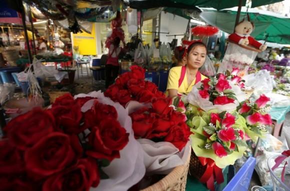 Una vendedora tailandesa prepara ramos de rosas por el Día de San Valentín en un mercado de flores de Bangkok en Tailandia. Foto: Rungroj Yongrit / EFE