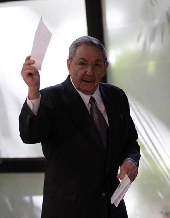 Raúl, al momento de ejercer su voto. Foto: Ismael Francisco.