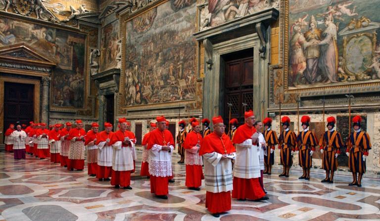 Cardenales en una de las salas del Vaticano