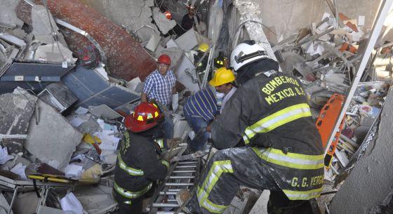 Los bomberos trabajan entre los escombros que ha dejado una explosión en el edificio de Pemex en la Ciudad de México. Guillermo Gutierrez (AP)