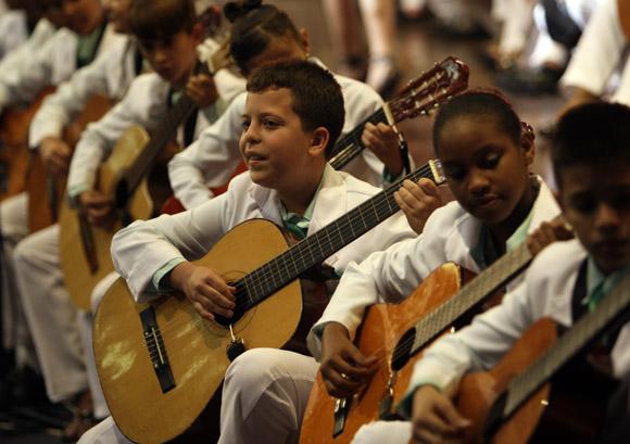 Apertura de Pedagogía 2013. Orquesta de Guitarras Clave de Sol.  Foto: Cubadebate/ Ismael Francisco