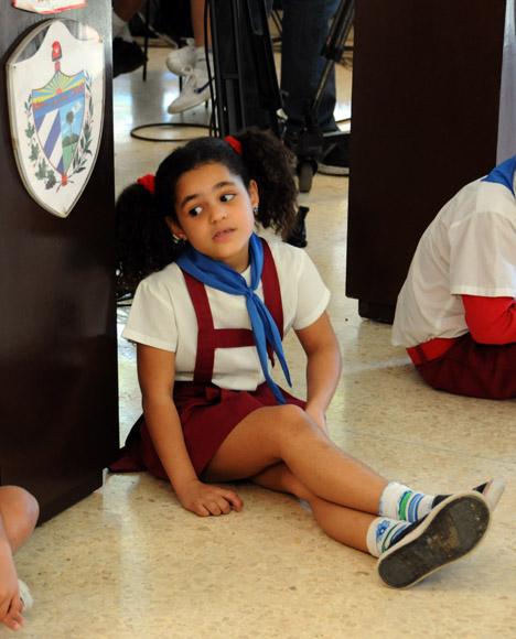 La pionera custodia la urna en la cual votó Fidel.