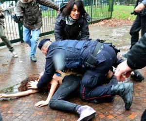 Las protestas femeninas fueron duramente reprimidas por la policía.