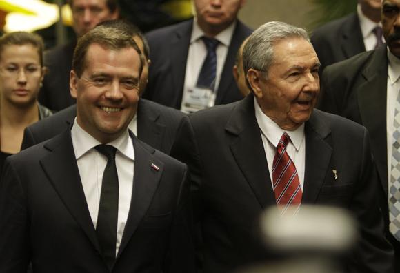 Raúl Castro, presidente de Cuba, junto a Dimitri A. Medvedev, presidente del Gobierno de  la Federación de Rusia, en el palacio de la Revolución. Foto: Ismael Francisco/Cubadebate.