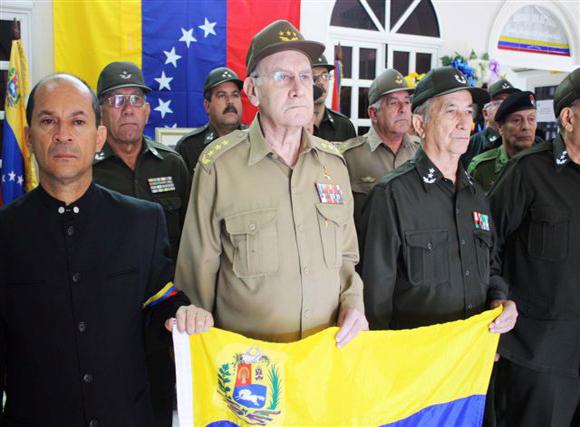 Comitiva de altos oficiales cubanos rinde tributo a ch vez for Ministerio de interior en ingles
