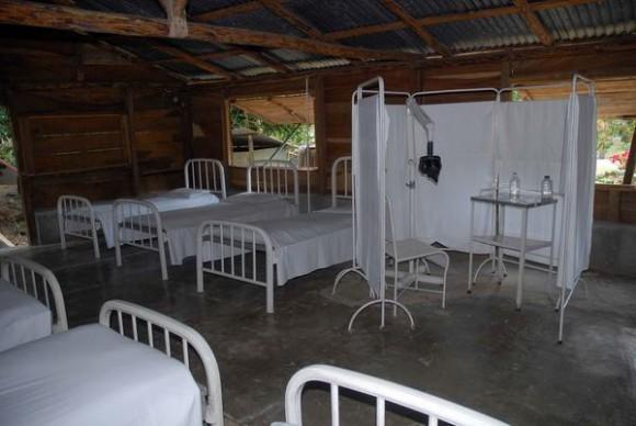 Interior del bohío donde radicó la Comandancia del III Frente Oriental Dr. Mario Muñoz dirigida por Juan Almeida Bosque, en la loma de la Lata en las montañas de la Sierra Maestra en la provincia de Santiago de Cuba. 1 de marzo de 2013. Foto: AIN.